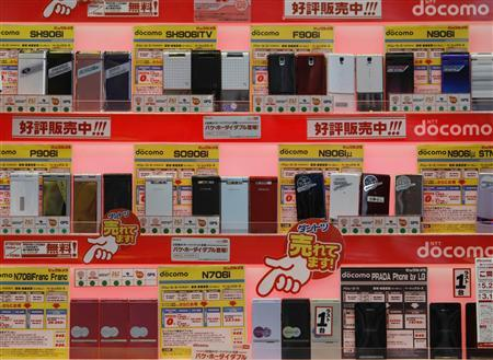 Japan's top mobile phone operator NTT DoCoMo 's mobile phones are displayed at an electronic shop in Tokyo November 19, 2008. REUTERS/Kim Kyung-Hoon
