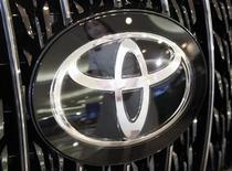 <p>Foto de archivo del logo de la compañía Toyota colocado dentro de un vehículo en una exhibición automotriz en Tokio, 16 jul 2008. Toyota, que sufre una dura caída en ventas, dijo el miércoles que detendrá la producción en todas sus plantas de Norteamérica por dos días durante el próximo mes, mientras que su rival Nissan reiteró su pesimismo sobre el panorama de corto plazo del sector automotor. REUTERS/Issei Kato</p>