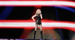 """<p>La cantante Madonna durante su gira """"Sticky and Sweet"""" en Los Angeles, EEUU, 6 nov 2008. La estrella estadounidense de la música pop Madonna y Guy Ritchie se divorciarán el viernes en Londres, de acuerdo a la Corte Suprema donde se formalizan los llamados divorcios """"rápidos"""". REUTERS/Mario Anzuoni</p>"""