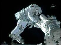 <p>Un momento della passeggiata spaziale REUTERS/NASA TV</p>