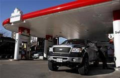 <p>A man pumps gas into his truck at a Petro-Canada gas station in Toronto January 31, 2008. REUTERS/Mark Blinch</p>