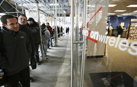 Customers line up outside of a Verizon Wireless store to purchase the new Blackberry Storm phone in New York, November 21, 2008. REUTERS/Brendan McDermid