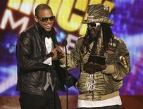 <p>Singer Chris Brown (L) receives his award for pop/rock favorite male artist from T-Pain at the 2008 American Music Awards in Los Angeles November 23, 2008. REUTERS/Mario Anzuoni</p>