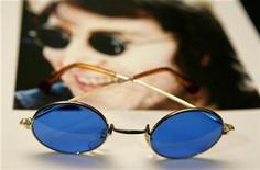 """<p>Imagen de archivo de lentes de sol que pertenecieron a John Lennon, como parte de la exhibición """"Icons of Music"""" con artículos que fueron subastados en Nueva York, 16 abr 2007. El periódico del Vaticano finalmente ha perdonado al fallecido músico John Lennon por declarar que los Beatles eran más famosos que Jesucristo, lo que consideró como un """"alarde"""" de un hombre joven que enfrentó una repentina popularidad. REUTERS/Lucas Jackson</p>"""