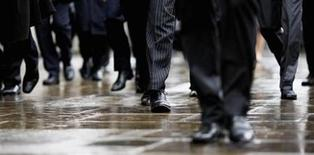 <p>Commuters walk in to London's financial district during the morning rush hour October 7, 2008. REUTERS/Stephen Hird</p>