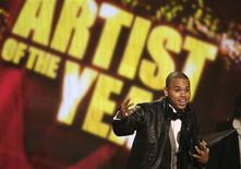 <p>O cantor Chris Brown recebe prêmio de artista do ano durante cerimônia do American Music Awards em Los Angeles. 23 de novembro.REUTERS/Mario Anzuoni (UNITED STATES)</p>