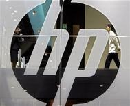 <p>Hewlett-Packard a annoncé une hausse de son bénéfice lundi, grâce à des réductions de coûts et à son acquisition d'Electronic Data Systems qui a permis d'augmenter sensiblement les revenus tirés des services. Le chiffre d'affaires trimestriel a augmenté de 19% à 33,6 milliards de dollars. Sans EDS, la croissance du C.A. se serait limitée à 5%. /Photo d'archives/REUTERS/Paul Yeung</p>