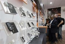 <p>Telefoni cellulari esposti in un negozio. REUTERS/Antony Njuguna (KENYA)</p>