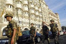 <p>Индийские военнослужащие у отеля Taj Mahal в Мумбаи 27 ноября 2008 года. Перестрелка в центре Мумбаи, финансовой столице Индии, началась после того как индийская полиция и спецназ окружили отели Taj Mahal и Trident Oberoi, где вооруженные экстремисты со вчерашнего вечера удерживают заложников. REUTERS/Stringer</p>