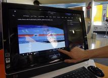 <p>L'ordinateur à écran tactile tout-en-un de HP baptisé TouchSmart. Les ordinateurs à écran tactile pourraient devenir courants, sous l'effet de la baisse du prix des dalles LCD, des avancées technologiques et des nouvelles applications. /Photo prise le 10 juin 2008/ REUTERS/Tobias Schwarz</p>