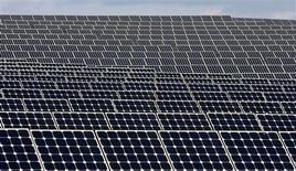 <p>Le japonais Sharp, l'italien Enel et un troisième groupe industriel dont l'identité n'a pas été précisée vont investir ensemble deux milliards d'euros dans l'électricité solaire en Italie pour répondre à la forte croissance de la demande d'énergie propre. /Photo d'archives/REUTERS/Jose Manuel Ribeiro</p>