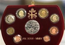 <p>Immagine d'archivio di un set di monete euro coniate in Vaticano in vendita in un negozio di Roma. REUTERS/Alessia Pierdomenico CLH/TC</p>