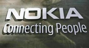 <p>El logo corporativo de Nokia en una pared de la sede de la empresa en Helsinki 9 jul 2008. Nokia Oyj, el mayor fabricante de teléfonos celulares del mundo, comenzó a distribuir su primer teléfono con pantalla táctil, el 5800, que responde al popular iPhone, de la estadounidense Apple Inc. Nokia informó el jueves que el teléfono está, o pronto estará, disponible en selectos mercados mundiales como Rusia, España, India, Hong Kong, Taiwán y Finlandia. REUTERS/Bob Strong (FINLANDIA)</p>
