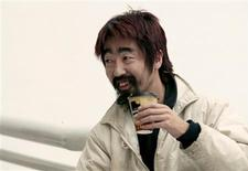 <p>Hiroshi Nohara, 40, from Tokyo, drinks a cup of coffee at the international airport in Mexico City November 27, 2008. REUTERS/Henry Romero</p>