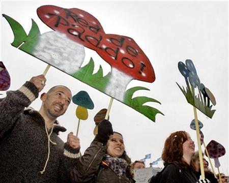 People protest against a planned ban on all hallucinogenic ''magic'' mushrooms by the government on Dam square in Amsterdam October 27, 2007. REUTERS/Koen van Weel