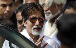 <p>Foto de archivo del artista de Bollywood Amitabh Bachchan tras dejar un hospital en Mumbai, 17 oct 2008. Foto de archivo del artista de Bollywood Amitabh Bachchan tras dejar un hospital en Mumbai, 17 oct 2008 REUTERS/Punit Paranjpe (INDIA)</p>