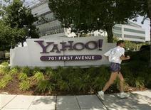<p>Un uomo corre davanti al logo di Yahoo. REUTERS/Robert Galbraith (UNITED STATES)</p>