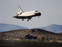 <p>Ônibus espacial Endeavour aterrissando na base da Força Aérea norte-americana na Califórnia. REUTERS/Gene Blevins</p>