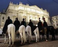 <p>Carabinieri a cavallo per la prima della Scala del 2007. Quest'anno è stata scongiurata la protesta del personale del teatro milanese, dopo settimane di tensione tra sindacati e amministrazione. REUTERS/Alessandro Garofalo</p>