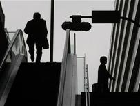 <p>A man walks off an escalator in a business district of Tokyo November 10, 2008. REUTERS/Kim Kyung-Hoon</p>