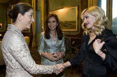 <p>Madonna e Ingrid Betancourt se encontram na Casa do Governo da Argentina, na terça-feira, observadas pela presidente Cristina Kirchner. REUTERS/Presidência/Divulgação</p>
