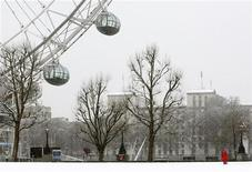 <p>The London Eye is seen as snow falls in London, April 6, 2008. REUTERS/Alessia Pierdomenico</p>