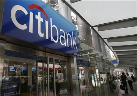 Pedestrians walk past a Citibank branch in Singapore in this November 18, 2008 file photo. An investor lawsuit contends that Citigroup insiders, including senior counselor and former U.S. Treasury Secretary Robert Rubin, sold more than $150 million of their own shares at inflated prices while concealing the bank's true financial health. REUTERS/Vivek Prakash