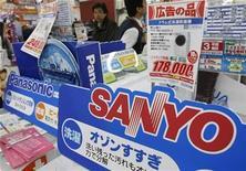 <p>Clientes caminan cerca de productos de Sanyo y Panasonic en una tienda en Tokio Panasonic Corp mejoró en un 8 por ciento su oferta por Sanyo Electric Co a unos 8.600 millones de dólares, dijeron fuentes familiarizadas con la negociación, pero uno de los mayores accionistas, Goldman Sachs, la rechazó y amenazó con lanzar una contra-propuesta. 25 nov 2008. REUTERS/Issei Kato</p>