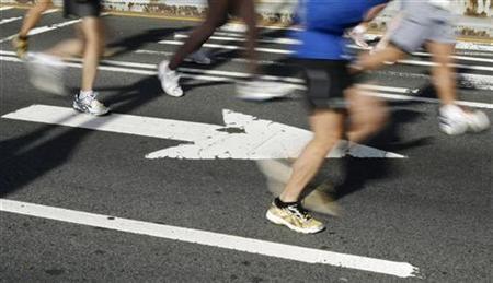 Runners cross the Verrazano Bridge after the start of the New York Marathon in New York, November 2, 2008. REUTERS/Lucas Jackson