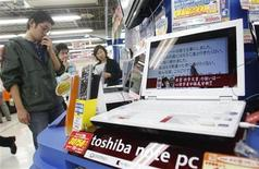 <p>Uno stand di Toshiba a Tokyo. REUTERS/Kim Kyung-Hoon</p>