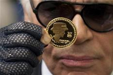 """<p>El diseñador de moda alemán Karl Lagerfeld presenta una moneda de 5 euros para conmemorar el aniversario 125t del nacimiento de """"Coco"""" Chanel en el hotel de la Monnaie 19 nov 2008. Coco Chanel, creadora del pequeño vestido negro y sinónimo de la elegancia parisina, se unió a una creciente lista de figuras de la cultura francesa celebradas en la pantalla grande, con dos filmes sobre su vida que serán estrenados el próximo año. REUTERS/Philippe Wojazer</p>"""