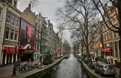"""<p>Район """"красных фонарей"""" в Амстердаме. Власти Амстердама намерены вдвое сократить количество борделей и """"кофе-шопов"""" в районе """"красных фонарей"""". REUTERS/Koen van Weel (NETHERLANDS)</p>"""