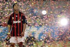 <p>O jogador brasileiro Ronaldinho participa de cerimômina no estádio de San Siro, em Milão, no dia 17 de julho. O Milan está tendo dificuldades para se adaptar às mudanças táticas feitas com a chegada de Ronaldinho ao time, disse seu companheiro de clube e compatriota Kaká. REUTERS/Alessandro Garofalo (ITALY) (Newscom TagID: rtrphotosthree813339) [Photo via Newscom]</p>