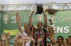 <p>Goleiro do São Paulo, Rogério Ceni, ergue troféu depois da equipe ter derrotado o Goiás e conquistado o sexto título do Campeonato Brasileiro, em Brasília, neste domingo</p>
