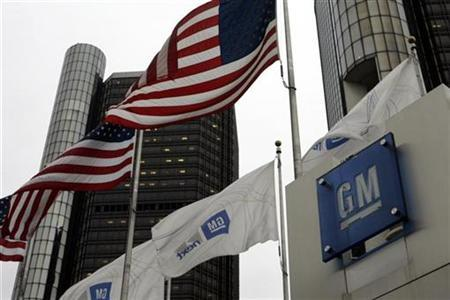 U.S. flags flutter in the wind in front of the General Motors Corp headquarters in Detroit, Michigan November 7, 2008. REUTERS/Rebecca Cook (UNITED STATES)