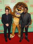 """<p>Los actores Ben Stiller y Chris Rock posan con el personaje """"Alex"""" el león en Sidney 17 nov 2008. El regreso de un grupo de animales del zoológico Central Park a su hábitat natural en la selva terminó con el dominio de cinco semanas de James Bond en las boleterías internacionales. REUTERS/Tim Wimborne</p>"""