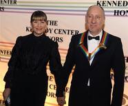 <p>Pete Townshend a su llegada a un homenaje el domingo por sus contribuciones a la cultura de Estados Unidos en una gala a la que asistió el presidente George W. Bush en Washington, 7 dic 2008. Leyendas del rock and roll, cantantes y estrellas de Hollywood y Broadway recibieron un homenaje el domingo por sus contribuciones a la cultura de Estados Unidos en una gala a la que asistió el presidente George W. Bush. REUTERS/Mike Theiler</p>