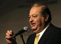"""<p>Foto de archivo del magnate mexicano Carlos Slim durante la reunión """"Tendiendo puentes"""" en Punta del Este, Uruguay, 25 nov 2008. La mexicana América Móvil, la telefónica celular más grande de Latinoamérica, invertirá más de 3,000 millones de dólares en la región el próximo año, dijo el lunes su propietario, el multimillonario Carlos Slim. REUTERS/Andres Stapff (URUGUAY)</p>"""