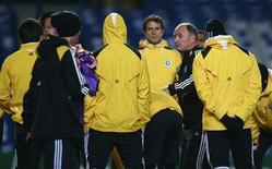 <p>Jogadores do Chelsea recebem orientação do técnico Luiz Felipe Scolari durante treino no estádio Stamford Bridge, em Londres, na segunda-feira. REUTERS/Andrew Parsons</p>