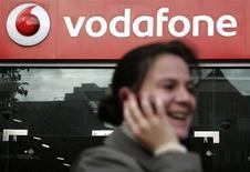 <p>Vetrina di un negozio Vodafone nel centro di Londra. REUTERS/Luke MacGregor</p>