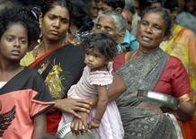 <p>Donne in fila per un pasto in un campo rifugiati temporaneo allestito in seguito a un'alluvione, nella città indiana di Chennai, novembre 2008. REUTERS/Babu (India)</p>
