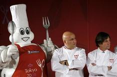 "<p>Three Michelin stars rated French chefs Frederic Anton of Pre Catelan (C) and Olivier Roellinger of Maison de Bricourt stand next to the Michelin mascot Bibendum, at a party for the publication of ""Michelin Guide Tokyo 2008"" in Tokyo November 19, 2007. REUTERS/Kiyoshi Ota</p>"