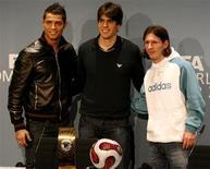 <p>Imagem de arquivo mostra os indicados ao prêmio de melhor jogador da Fifa de 2007 Cristiano Ronaldo, Kaká e Lionel Messi em evento em Zurique. Cristiano Ronaldo, ganhador da Bola de Ouro deste ano, foi relacionado entre os cinco finalistas para o prêmio de melhor jogador do mundo em 2008 da Fifa. 17 de dezembro de 2007.REUTERS/Arnd Wiegmann</p>