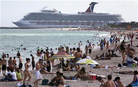 Beachgoers shown at Miami's South Beach in this April 13, 2008 file photo. REUTERS/Miguel A. Baez