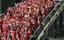 """<p>Oporto, oltre 14mila Babbi Natale per un record """"benefico"""". REUTERS/Nacho Doce</p>"""
