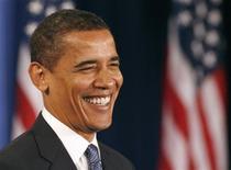 <p>Избранный президент США Барак Обама улыбается на пресс-конференции в Чикаго 25 ноября 2008 года. Избранный президент США Барак Обама вместе с семьей приедет на поезде в Вашингтон за три дня до церемонии инаугурации, которая состоится 20 января 2009 года. REUTERS/Jeff Haynes</p>