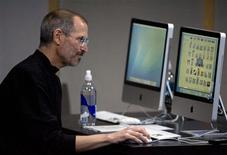 <p>La patron d'Apple Steve Jobs devant deux iMac. Les ordinateurs de bureau sous Mac OS ont accusé aux Etats-Unis une baisse de 38% en novembre, contre -15% pour les équivalents sous Windows, en glissement annuel. /Photo d'archives/REUTERS/Kimberly White</p>