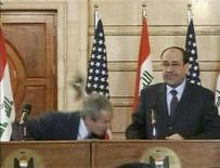 <p>Il presidente degli Stati Uniti George W. Bush evita una scarpa lanciatagli da un giornalista iracheno durante una conferenza stampa a Baghdad, il 14 dicembre 2008. REUTERS/Reuters TV</p>