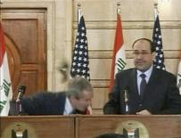 <p>George Bush, aux côtés du président irakien Nouri al Maliki, esquive une chaussure lancée par un journaliste irakien lors d'une conférence de presse à Bagdad. Ce geste, qui a valu à son auteur une notoriété mondiale, a inspiré un jeu sur internet dans lequel il s'agit d'atteindre une cible mouvante représentant le président américain. /Image du 14 décembre 2008/REUTERS/Reuters TV</p>