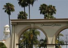 """<p>La entrada principal de Paramount Pictures Studios, una división de Viacom, Inc., en Los Angeles, 29 jul 2008. Hossein Amini fue contratado para escribir el guión de una nueva película con el personaje Jack Ryan para Paramount Pictures. Ryan, el ex analista de inteligencia estadounidense y hacedor de buenas obras creado por el novelista Tom Clancy, no ha aparecido sobre la pantalla grande desde """"The Sum of All Fears"""", del 2002, protagonizado por Ben Affleck. REUTERS/Fred Prouser</p>"""